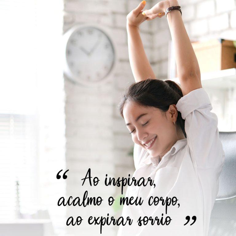 Ao inspirar, acalmo o meu corpo, ao expirar sorrio